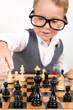 Kleiner Junge spielt Schach