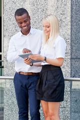 junge erfolgreiche leute mit tablet pc sommer im freien
