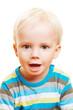 Portrait eines blonden staunenden Kindes
