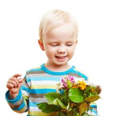 Kind gratuliert mit Blumenstrauß