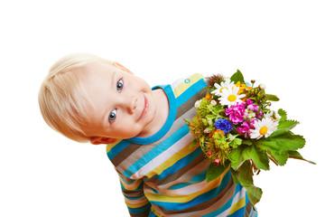 Lächelndes Kind mit Blumenstrauß