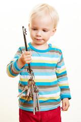 Kind hält Schlüssel am Schlüsselbund