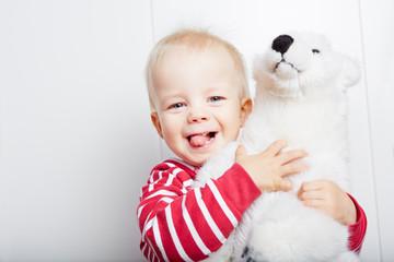 Kind kuschelt mit Teddybär