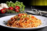 Fototapety pasta italiana spaghetti con peperoncino piccante sfondo verde