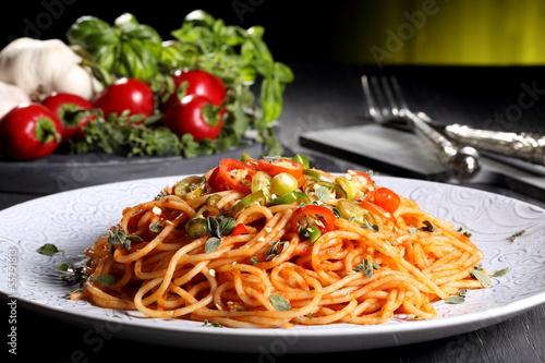pasta italiana spaghetti con peperoncino piccante sfondo verde Poster