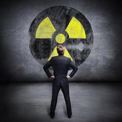 Mann vor Atomsymbol
