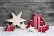 Weihnachtlicher Hintergrund aus Holz mit Geschenken in Rot