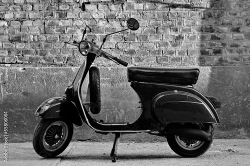skuter-przed-sciana