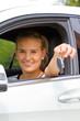 Junge Autofahrerin Mit Autoschlüssel
