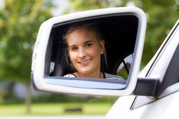 Freundliche, sympathische Autofahrerin