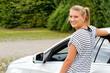 Junge Frau und ihr Auto