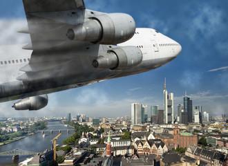 Flugzeug über der Stadt Frankfurt