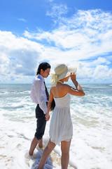 美しい沖縄のビーチで寛ぐ恋人たち