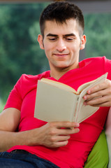 lesender junger mann