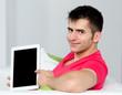 junger man deutet auf tablet