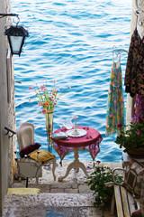 romantischer Sitzplatz am Meer in Rovinj, Kroatien
