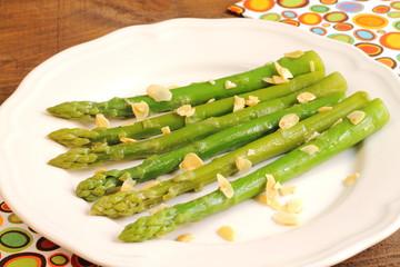 Espárragos verdes con almendras fileteadas