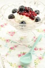 Helado con crema de yogur,mermelada y arandanos