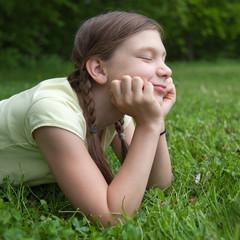 Mädchen genießt ihre Freizeit in der Natur