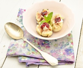 Higos rellenos con queso,mermelada de fresa y arandanos