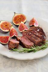 Gebratenes Steak mit Feigen