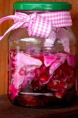 Hausgemachter Rosenblütenlikör
