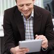 geschäftsmann arbeitet mit tablet-pc