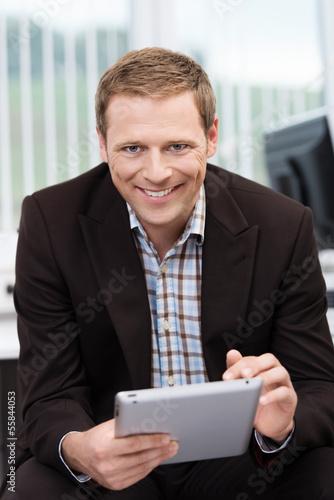 mitarbeiter mit tablet-pc am arbeitsplatz