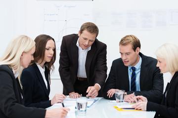 gruppenarbeit im büro