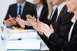 geschäftsleute applaudieren in einem meeting
