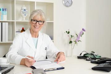 Senior Ärztin schreibt einen Bericht.