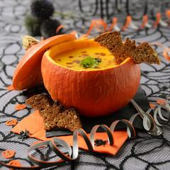 Cremige Kürbissuppe zu Halloween