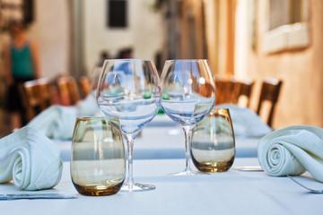 gedeckte Tische in einem Restaurant in Porec, Kroatien