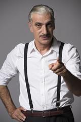 Hombre maduro con bigote señalando con el dedo