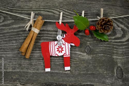 Weihnachtsdekoration vor Holzwand