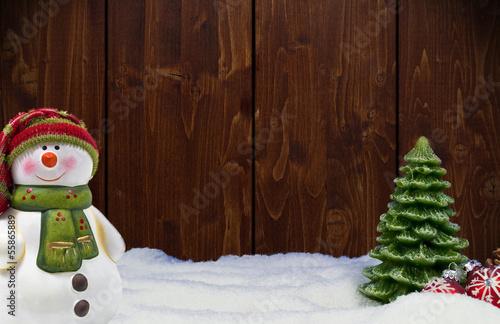 Holzwand mit Weihnachtsdekoration