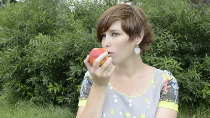 Pregnant woman eating apple