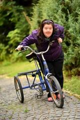 trisomique femme faisant du vélo