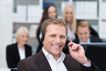 freundlicher kundenberater mit headset