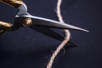 ножницы режут веревку