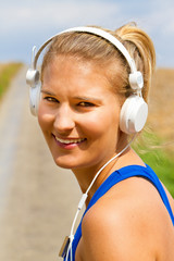 Junge Sportlerin mit MP3 Player