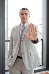 Uomo d'affari con segno alt in esterno