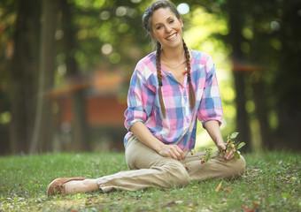 Hübsche Frau entspannt auf Wiese