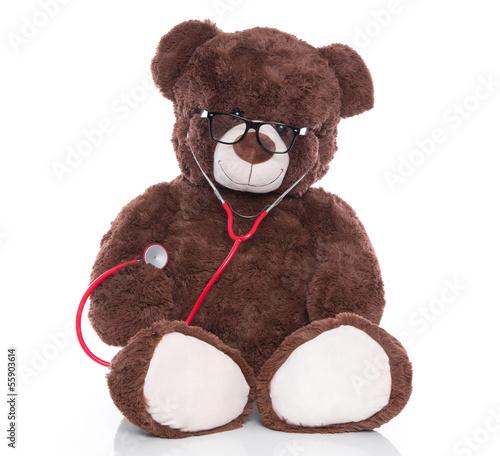 Brauner Teddybär als Arzt mit Stethoskop isoliert