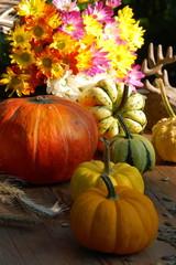 Herbstliches Arrangement mit Kürbissen