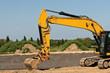Landschaftsbau - Ein grosser gelber Bagger bei Erdarbeiten
