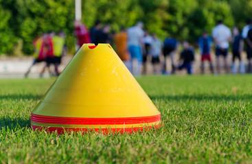 Stapel Pylonen auf Rasenplatz Fußballtraining Trainingslager