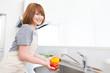 食材を洗う女性