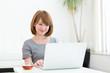 コンピューターを見る女性