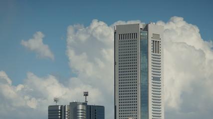 高層ビルと流れる雲 (インターバル撮影素材)